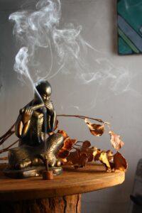 Buddha che suona con fumo d'incenso