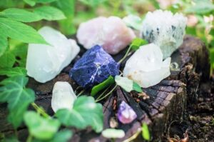 cristalli in mezzo al verde della natura